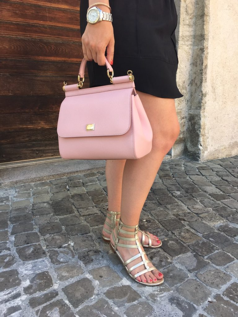 Cristina from The Brunette Nomad, Dallas and Swiss based fashion bloggers, shows how style red and pink for an unexpected color combination